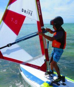Apprentissage du windsurf baie de Sakalava juste devant l'hôtel Madakitecamp.