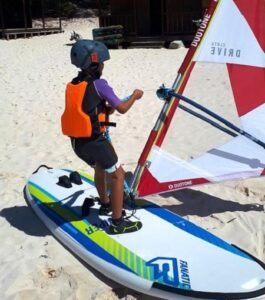Apprendre à lever sa voile de windsurf.