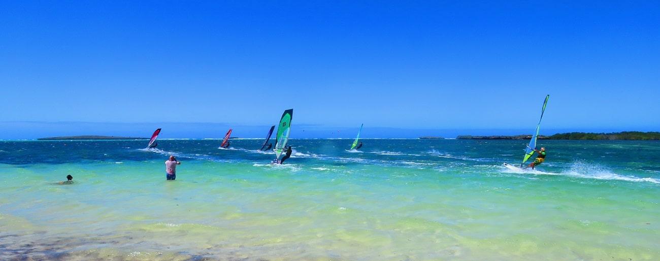 Windsurfeurs faisant la course en baie de Sakalava à Madagascar.