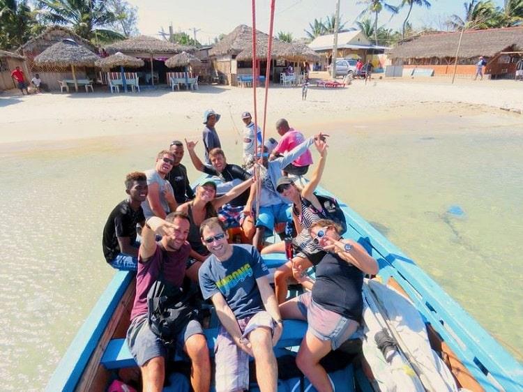 Départ du village de Ramena en bateau à voile pour aller en mer d'émeraude pour un downwind kitesurf.