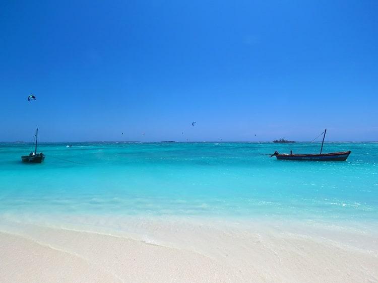 Kitesurf aux abords de l'îlot Suarez en mer d'émeraude, proche de Babaomby.