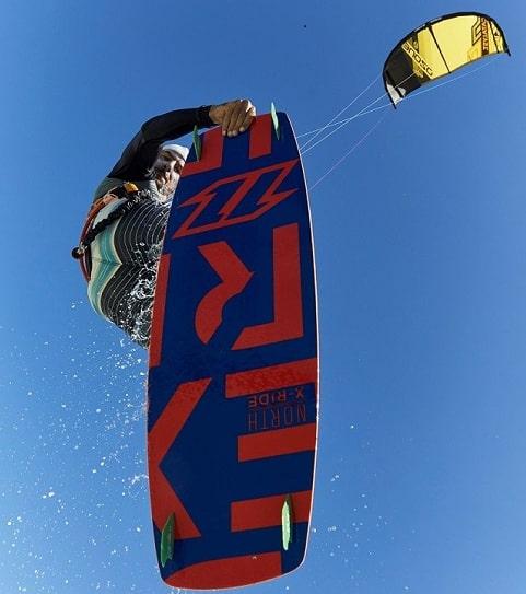 Saut transition en kitesurf à Sakalava.